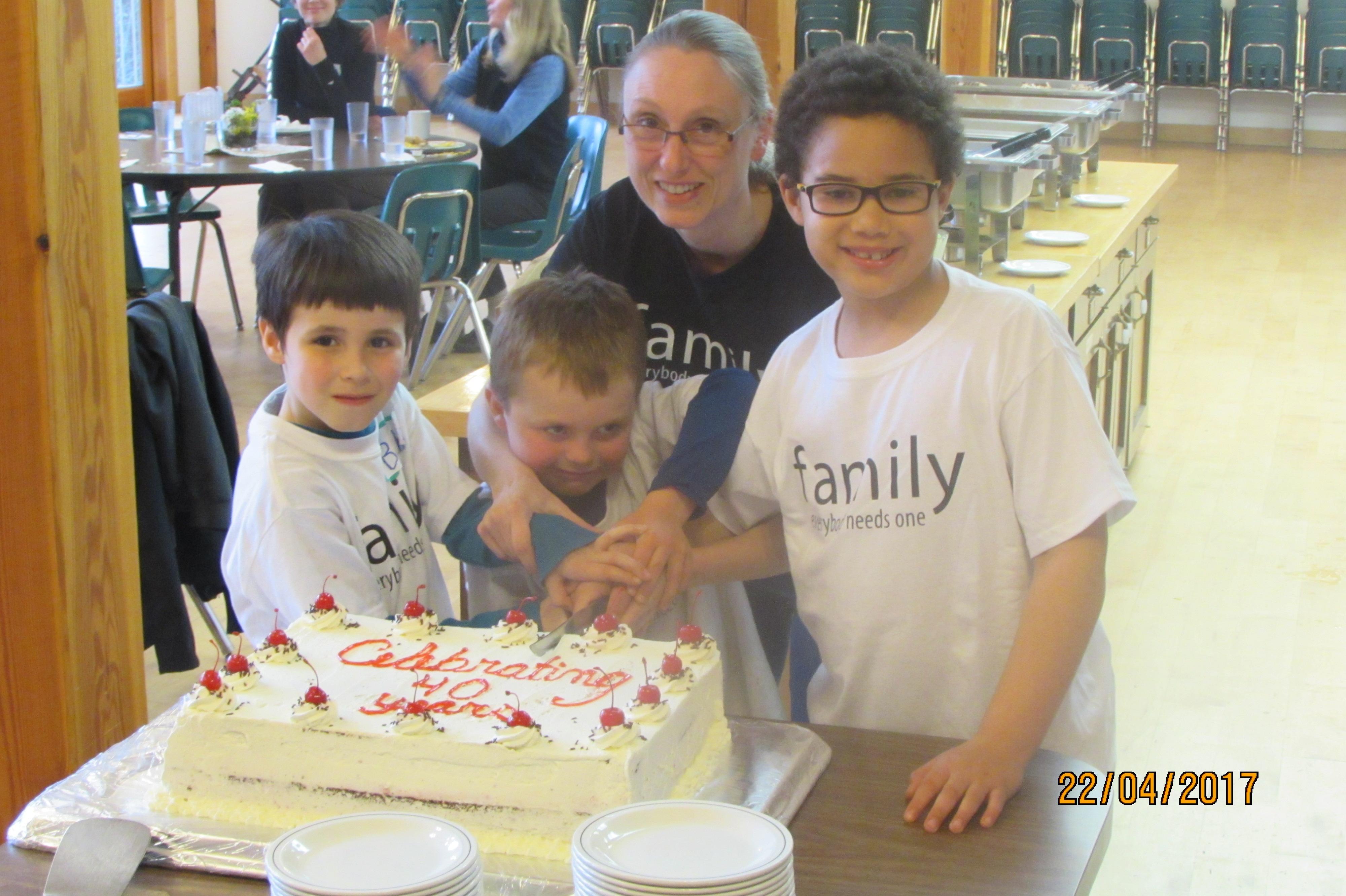 Island families cut the cake!